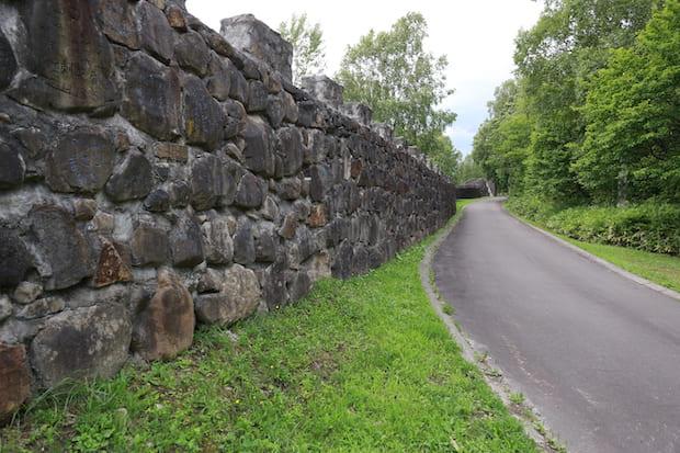 人の手によって積み上げられた石15万個以上、長さ2キロメートルにわたる「万里長城」。