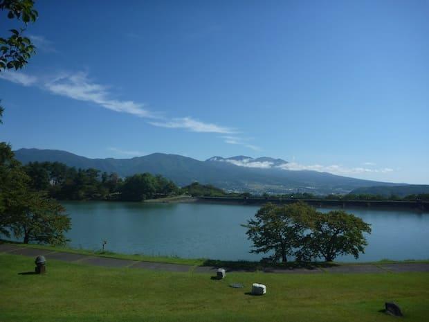 明神池と浅間連山を眺める景色。