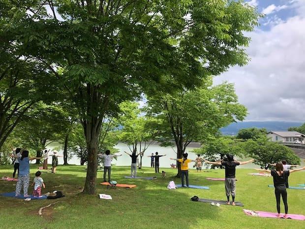青空ヨガを主催する〈コミュニティCafe まる屋〉の小林麻美さんは、5年前に伊豆諸島新島から家族で移住されてきました。