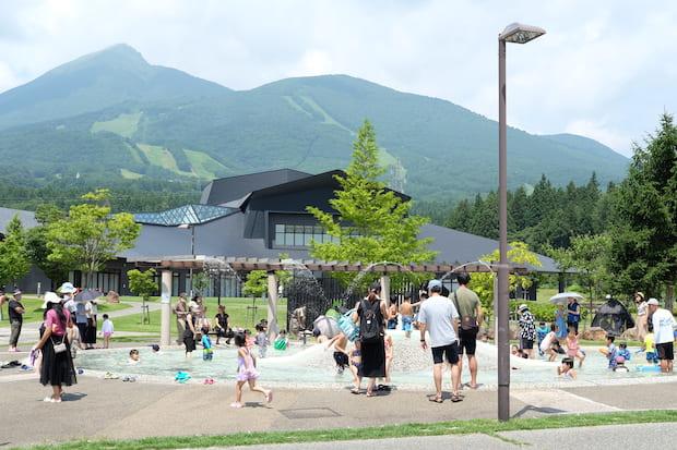 「じゃぶじゃぶ池」はとっても大人気! 子どもたちの楽しそうな声が響きます。