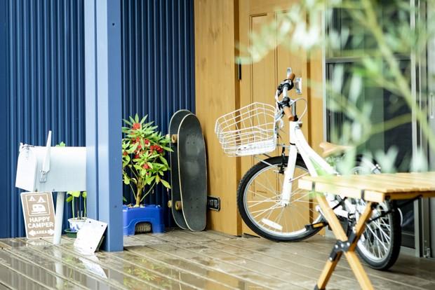 玄関先にスケボーや自転車