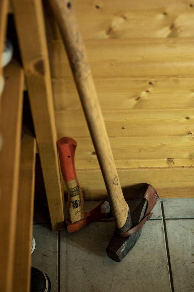 玄関に置かれた斧。