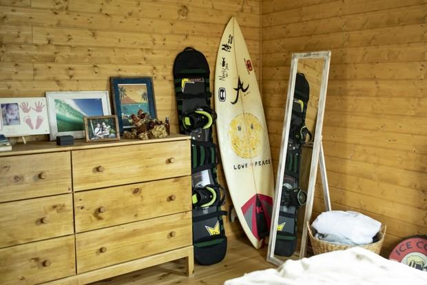 寝室に置かれたサーフボードとスノーボード。