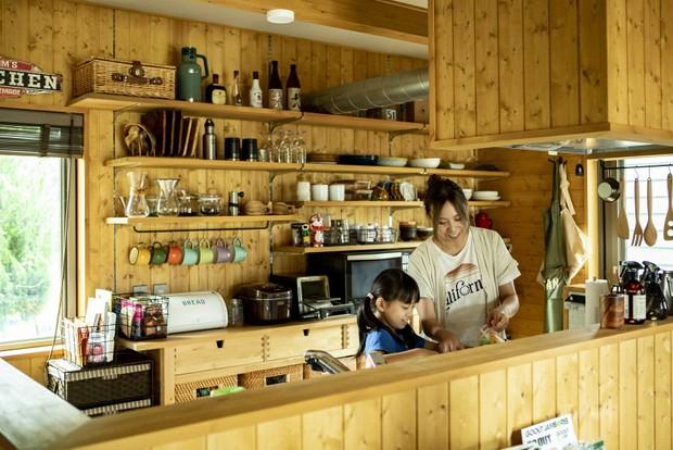 奥さんの竹下恵子さん(右)と娘の千夏さん(左)。