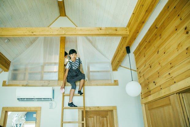 「グルニエ(天井と屋根の間のスペース)」は子どもたちの読書部屋。夏は涼しく、冬は暖かい。