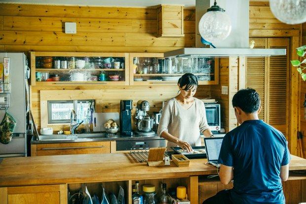 友恵さんが料理をしているときは、一峰さんが仕事をしたり、子どもが宿題をしたり。会話が絶えない的場家。