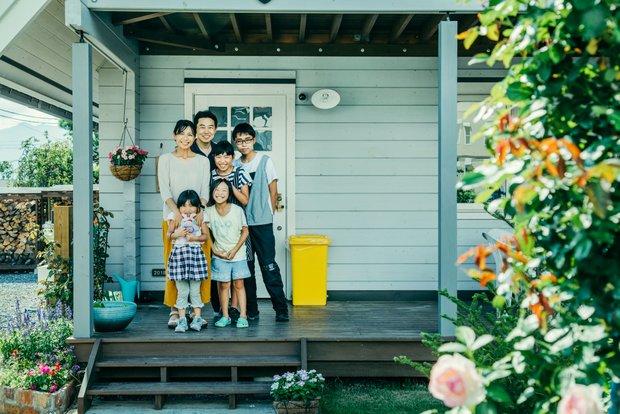 家族6人そろって記念撮影。BESSで実現した暮らしのかたち。