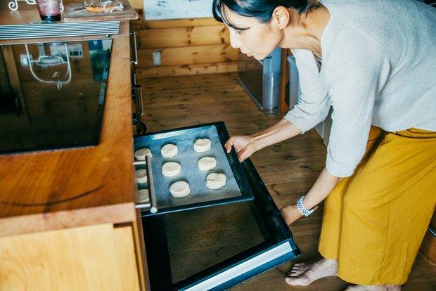 〈ミーレ〉のオーブンで得意料理のスコーンを。友恵さんはもっぱらつくるのが専門。