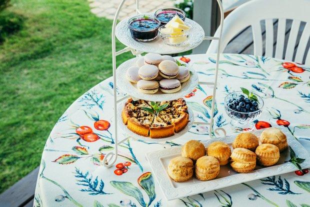 ケーキスタンドには友恵さん自慢のお茶菓子が並ぶ。