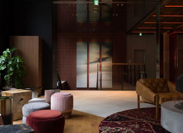 ラウンジからはアーティスト国松希根太さんの作品が見える。タイトルは『HORIZON』。地平線のようにも水平線のようにも見える風景だ。(photo:Tsubasa Fujikura)