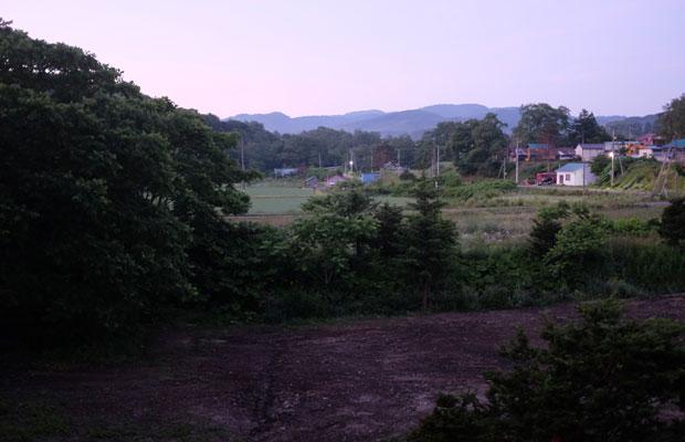窓から見える朝焼けの風景。