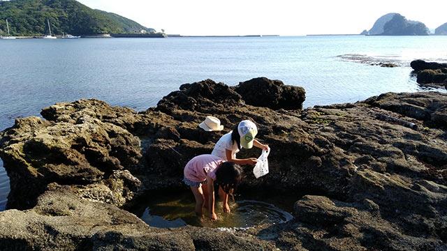 岩場で遊ぶ子どもたち