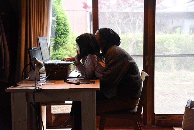 自宅でのパソコン作業に娘も参加
