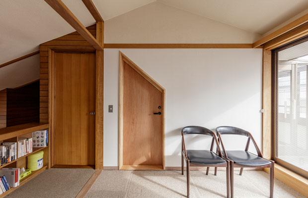 改修によってできた2階のライブラリー。廊下から直接バルコニーにアクセスできるようになったほか、吹き抜けを介して1階からの自然換気を行えるようになった。また、住宅から寄宿舎への用途変更に合わせて求められる避難動線になっている。(撮影:千葉正人)