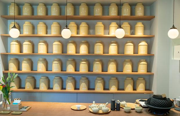 〈マルモ森商店〉が取り扱う100種以上のお茶を試飲可。コンシェルジュが好みに合った一杯を提案してくれる。