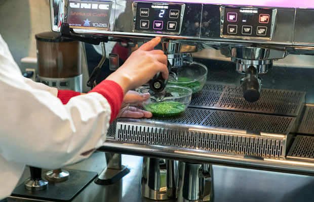 「エスプレッソマシンを使った煎茶の抽出方法は、10年以上前から構想し実験していました」と森さん。