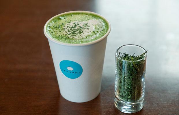 煎茶の深い味わいをミルクが柔らかく包み込む煎茶ラテ400円。一般的な抹茶ラテとはひと味違う。