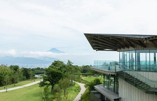 3階建てのシンボル施設と展望デッキから成る〈日本平夢テラス〉。どちらも八角形をしている。