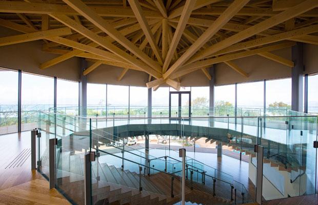 3層八角形の吹き抜け空間にかけられた静岡県産ヒノキの階段。天井にも静岡県産ヒノキを使っている。(写真提供:日本平夢テラス)