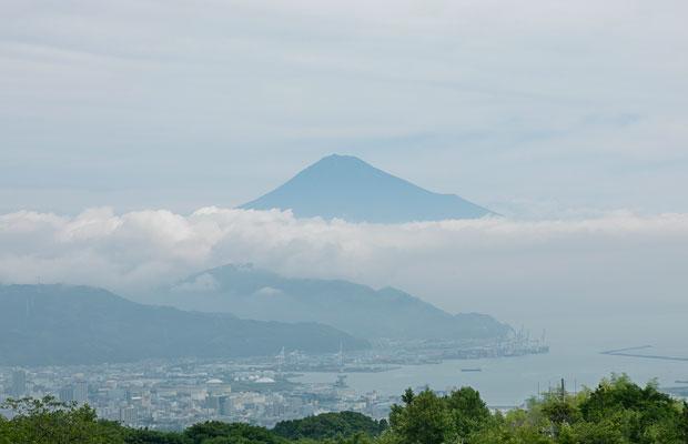 天気がよければ、清水港や三保松原、そして駿河湾越しに富士山が見える。夜景も美しい。