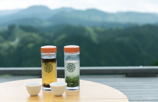 天空に浮かんでいるようなテラスで、目の前の茶畑でとれたお茶が味わえる。