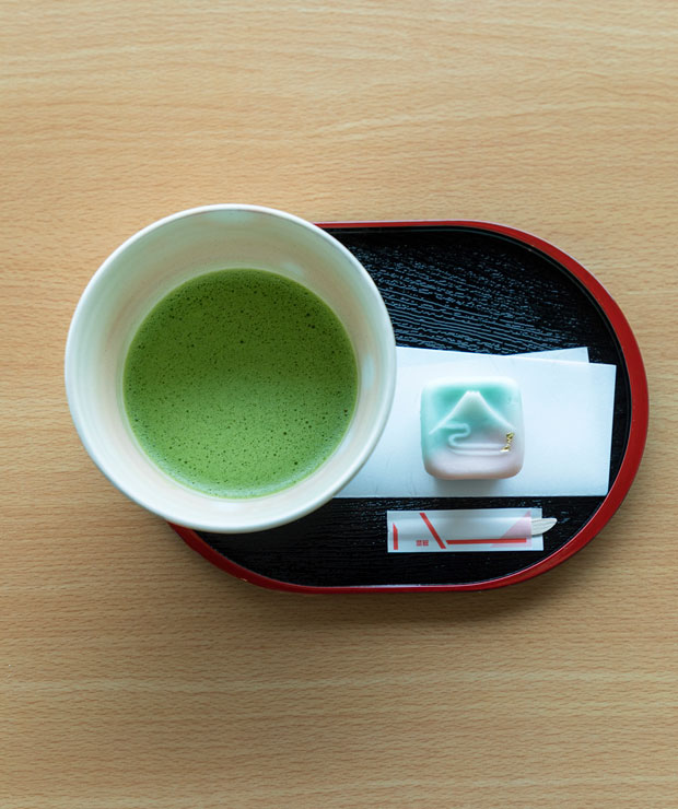 本山茶を使った抹茶1000円(税込)。富士山をかたどった生菓子がかわいらしい。