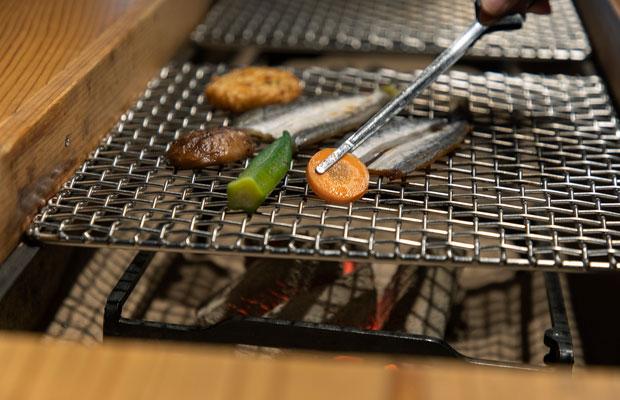 全棟に囲炉裏か七輪を完備しているので、買ってきた食材を焼いて食べることも。バーベキューやルームサービスなどもある。