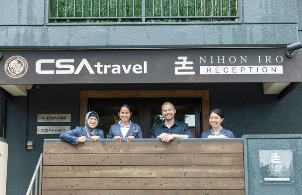 国際色豊かな日本色のスタッフ。左からエカさん、ミニさん、ダヴィさん、小林梓さん。「日本色の存在が、忙しい日常のなかの癒やしになればうれしいですね」と小林さん。