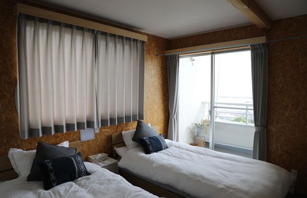 2階のゲストハウスには3部屋あり、各室にシングルベッド2台が置かれている。