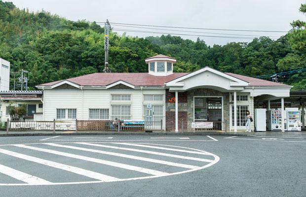 オレンジの屋根がレトロなJR用宗駅。海までは徒歩約5分。駅裏にある城山には、持舟城(用宗城)址もある。
