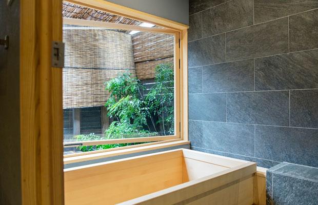 最大定員8名の琥珀には、坪庭を眺めながら湯につかれるヒノキ風呂もある。