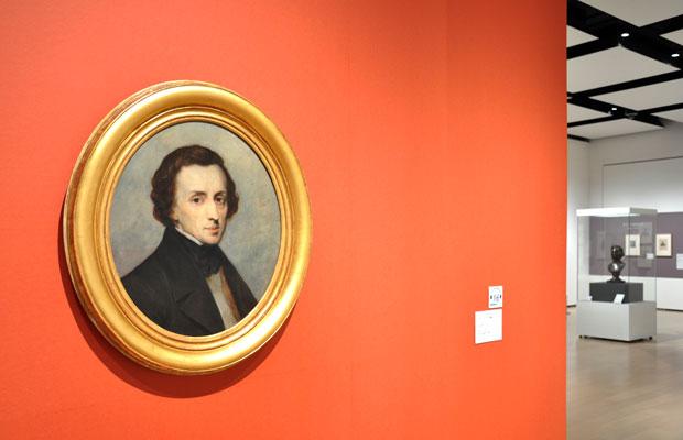 9月22日まで開催されている展覧会『ショパン―200年の肖像』の展示風景。(写真提供:静岡市美術館)