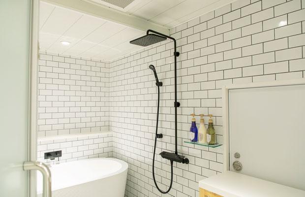 水回りも美しくリノベーション。洗面ボウルも2つ備えるなど、大勢で泊まってもストレスはない。