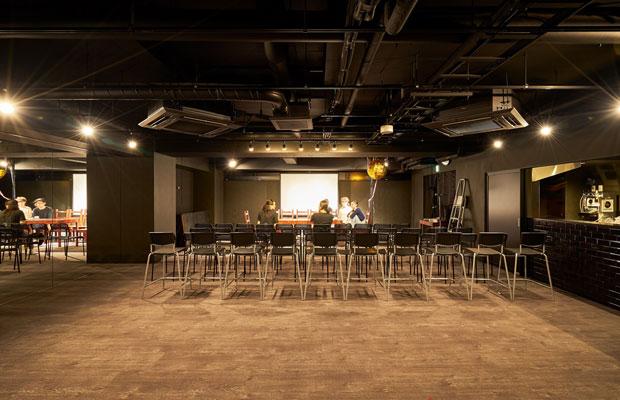 飲食店やショップに加え、2階には約80人を収容する劇場〈人宿町やどりぎ座〉が入る。(写真提供:デザインオフィス創造舎)