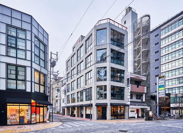 七間町通り沿いにオープンした〈OMACHIビル〉。日本料理店やフライドポテト専門店など10店舗が入る。(写真提供:デザインオフィス創造舎)