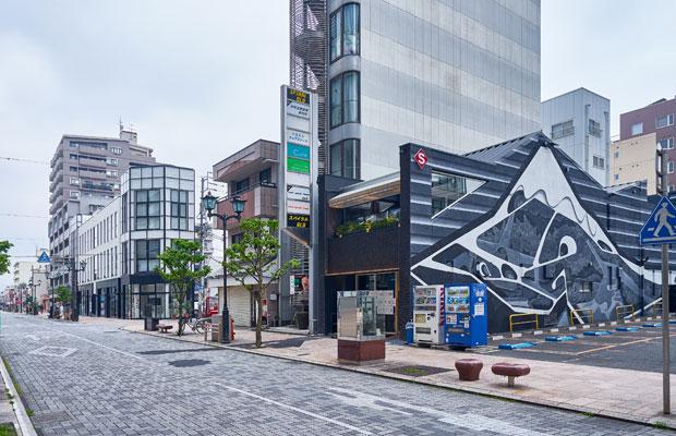 富士山の壁画が印象的な〈SOZOSYA TERRACE〉は、飲食店ビルをリノベーションした。(写真提供:デザインオフィス創造舎)