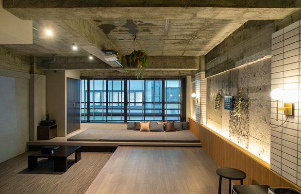 屋上テラス付きの住居を改修した「MASATOYO BLDG.」301。むき出しの躯体がインダストリアルな雰囲気を醸しだす。