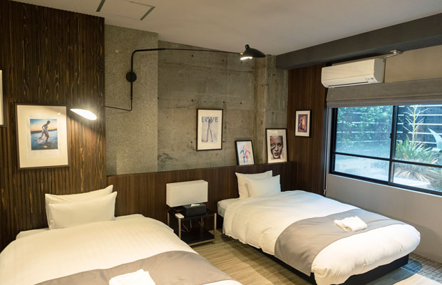 小さなテラスに面した「COSMOS BLDG.」401のベッドルーム。リビングルームにはハンモックもある。