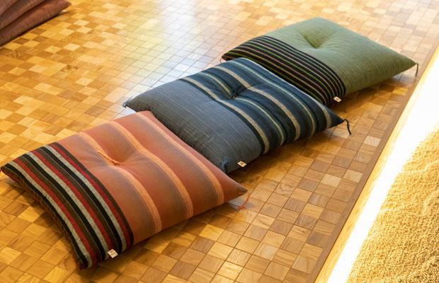一部の客室に置かれた、遠州織物を使った座布団。角までしっかりと綿が入っており、座り心地も抜群だ。