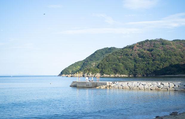 この突堤の先っぽから飛び込むのが楽しい。あー、夏休み! な景色。