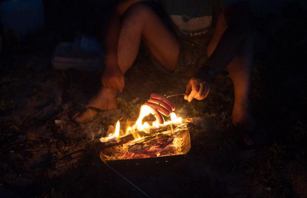 浜辺に落ちてた枝にソーセージを刺して焚き火で焼く!