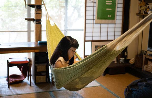 家の中は快適。ハンモックで読書。