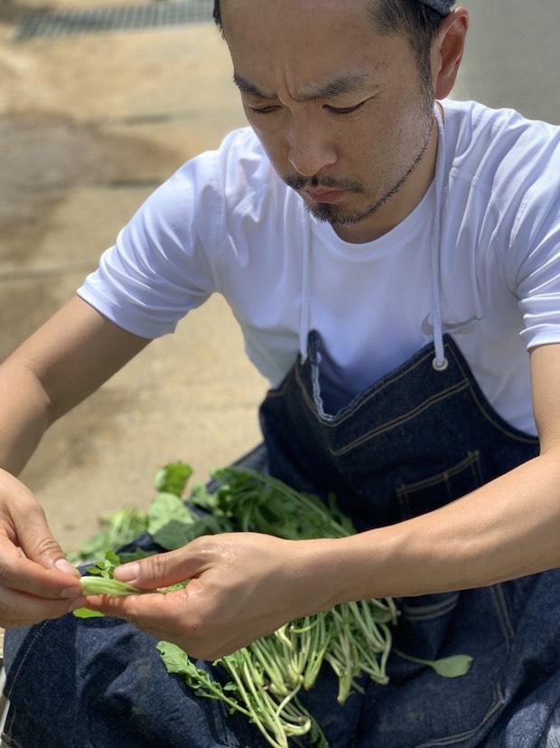 野菜を手に取るヘアサロン〈BELPA(ベルパ)〉代表の高橋さん