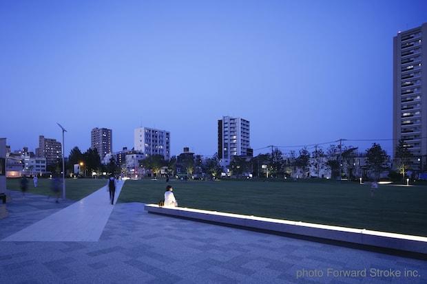 東京・東池袋にある公園〈イケ・サンパーク〉の夜の園内