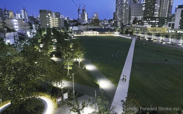 東京・東池袋にある公園〈イケ・サンパーク〉ライトアップされた夜の園内
