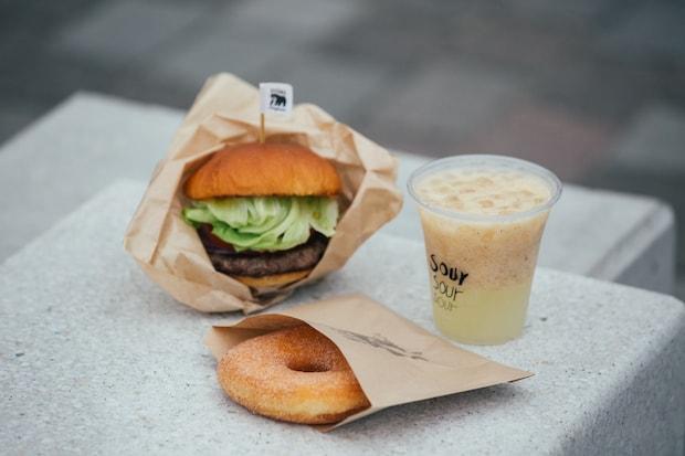 〈HIGUMA Doughnuts x SOUR the park〉北海道出身の〈HIGUMA Doughnuts〉オーナーが週末限定のハンバーガーやジンギスカンなどの食事メニューも準備中。