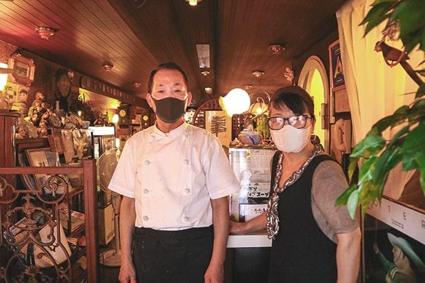 店主の山口義方さんと妻の美津代さん。創業から57年、義方さんは19歳の頃から店に立たれているのだそう。おふたりとも気さくで、常連さんが多いのもうなずける。