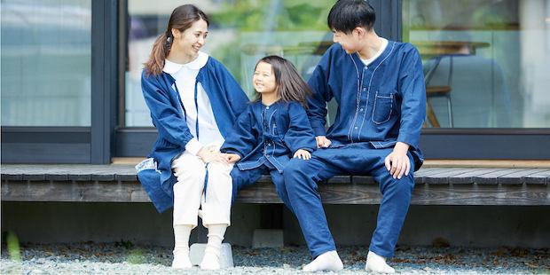 伝統着を現代的にアレンジした、en・nichiの服。女性が着ているアウターは「KAPPOGI」、子どもと男性が着ている上着は肌着シャツ「KOIKUCHI」。