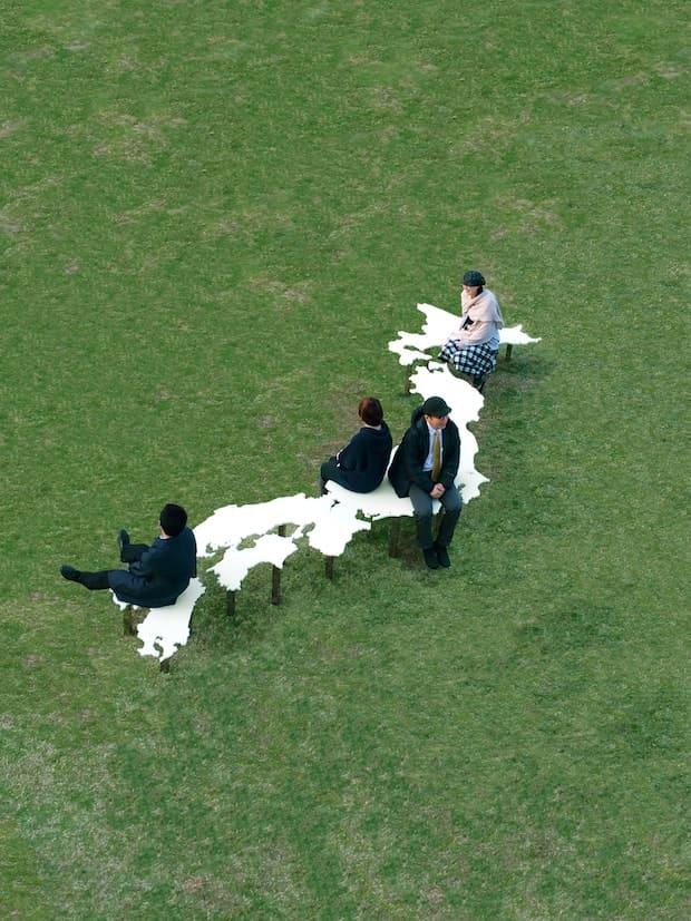 鈴木康広『日本列島のベンチ』(2014)日本列島と同じ方位に設置することで、そこから離れた場所や大地とのつながりを身体で感じられるベンチ。
