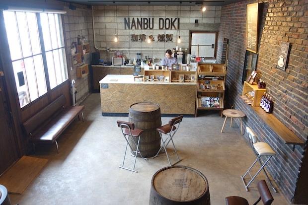 三戸駅そばにあるカフェ COFFEE STAND & SMOKE NANBUDOKI 店内風景